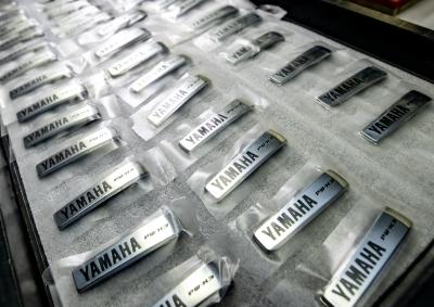 従来の大判加飾シートではなく、部分的な加飾シート片による加工が可能
